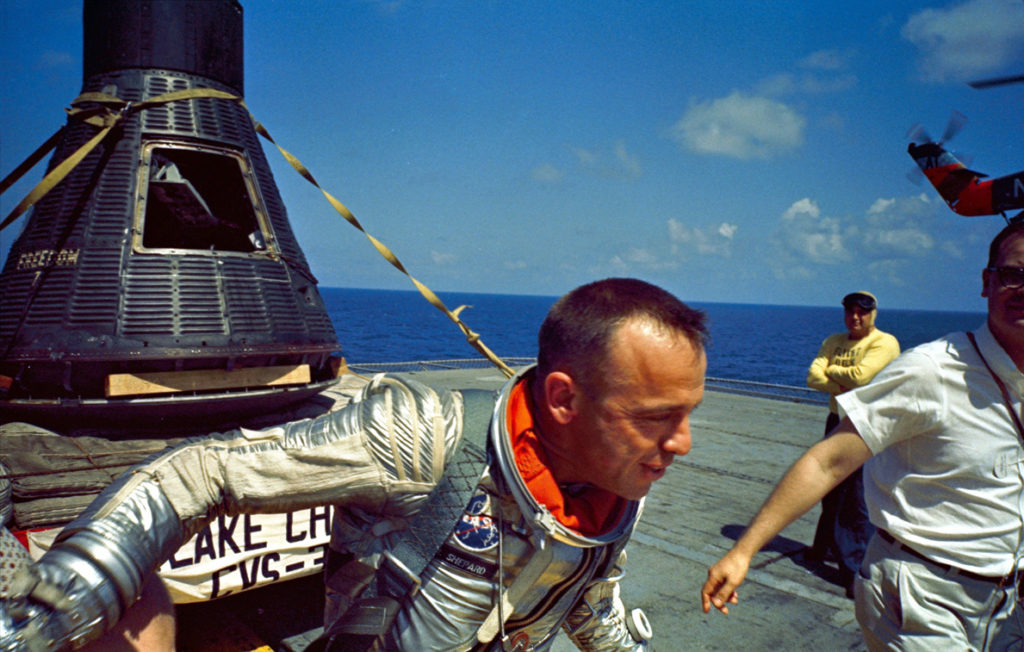 Alan Sherpard po úspešnom pristátí a vytiahnutí jeho kabíny na lietadlovú loď USS Lake Champlain