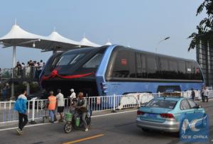 Nad čínskymi cestami skutočne jazdí zvýšený autobus 01