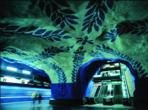 T-Centralen. Mĺnga stationer i Stockholms tunnelbana är utsmyckade av vĺr tids konstnärer. - Many stations on the Stockholm underground have been decorated by modern artists.